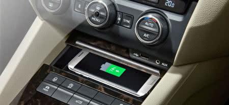 Bezprzewodowe ładowanie telefonu możliwe w Skodach